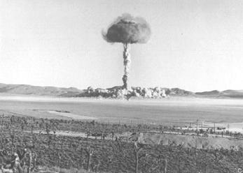 История создания ядерного оружия и его влияние на дипломатию и внешнюю политику